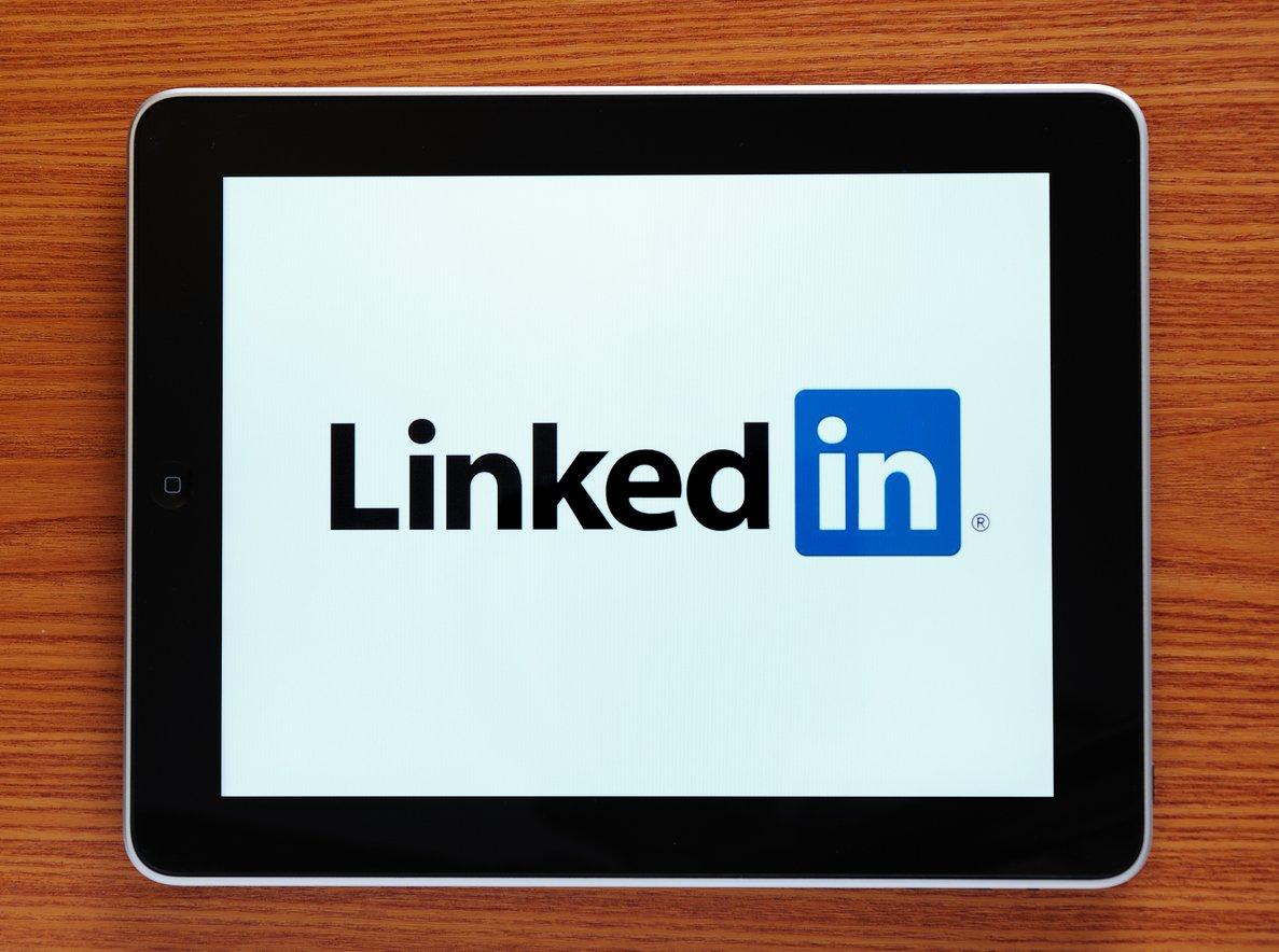 tablet-on-wooden-surface-displaying-linkedin-logo